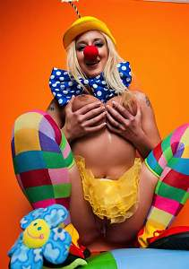 Nude-Busty-Blonde-Leya-Falcon-The-clown-11.jpg