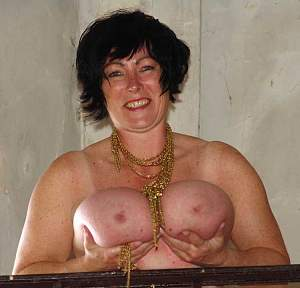 Awesome tits 213 Granny loves Gold chains!.jpg